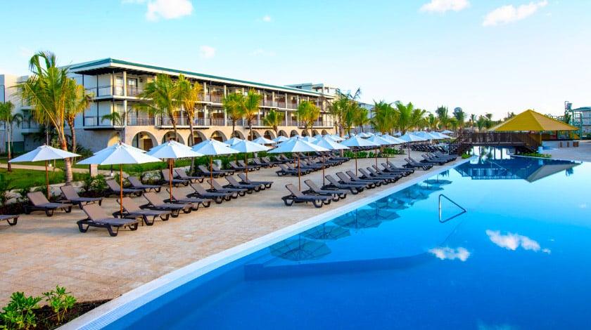 Área da piscina do Ocean El Faro, resort com os preços da promo Welcome to Punta Cana
