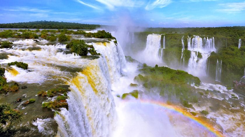 Vista aérea das Cataratas do Iguaçu, em Foz do Iguaçu, no Paraná, um dos principais pontos turísticos do Brasil
