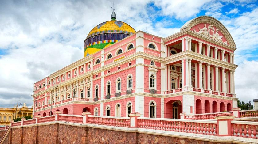 Fachada do Teatro Amazonas, um dos mais tradicionais pontos turísticos do Norte do Brasil