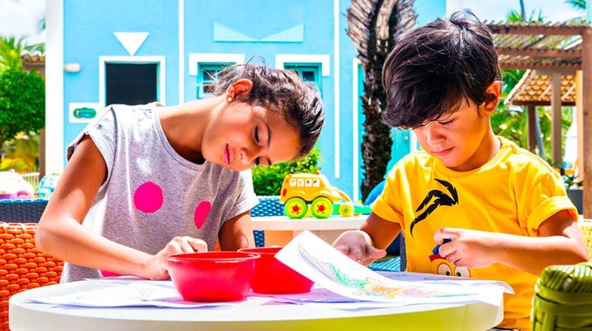 Crianças desenhando no Sauípe Kids
