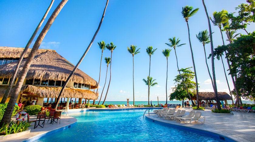 Área da piscina do Impressive Resort, que está na promo Welcome to Punta Cana