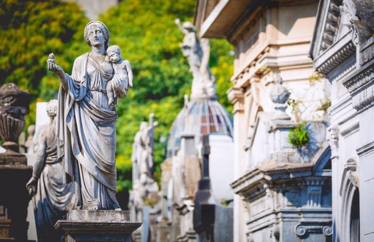 Tumbas, mausoléus e cemitérios famosos: da Cripta da Sé ao Taj Mahal