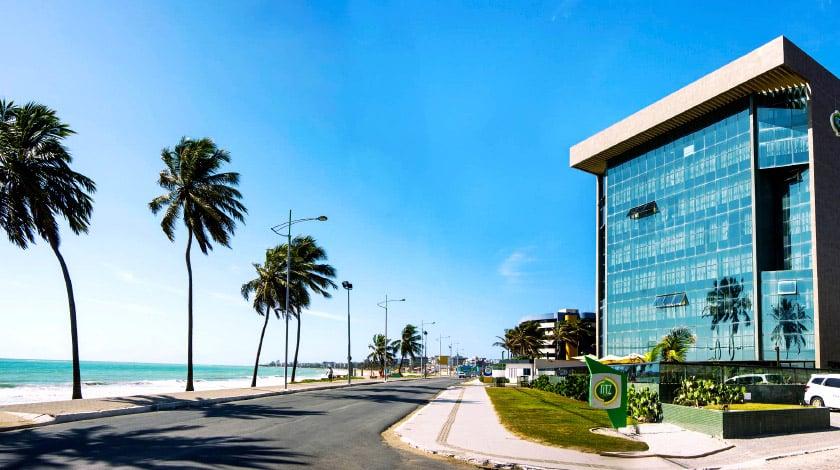 Vista para praia e fachada do Ritz Suítes, em Maceió