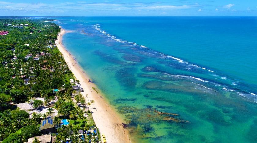 Vista geral das águas e praias de Arraial d'Ajuda