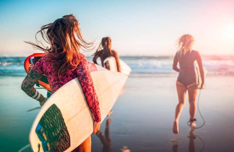 Entre na onda das 10 melhores praias para surfar no Brasil
