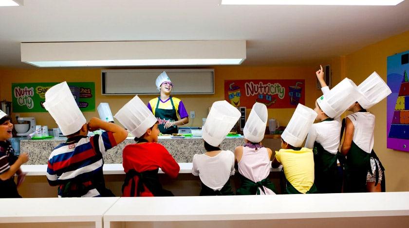Recreação na cozinha kids dos resorts Tauá