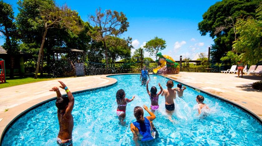 Crianças se divertindo em uma das piscinas dos resorts Vila Galé