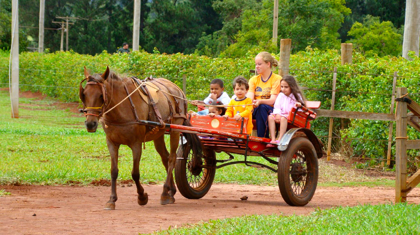 Passeio de charrete no Berro D'Água Eco Resort, hotel ótimo para crianças