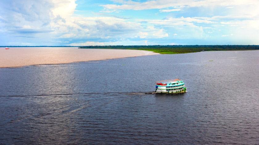 Vista aérea do Encontro das Águas, no Amazonas, um dos principais pontos turísticos do Brasil