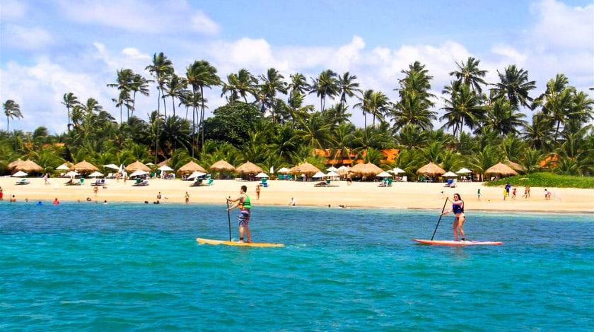 Stand up paddle no Serrambi Resort, um dos principais hotéis de Pernambuco