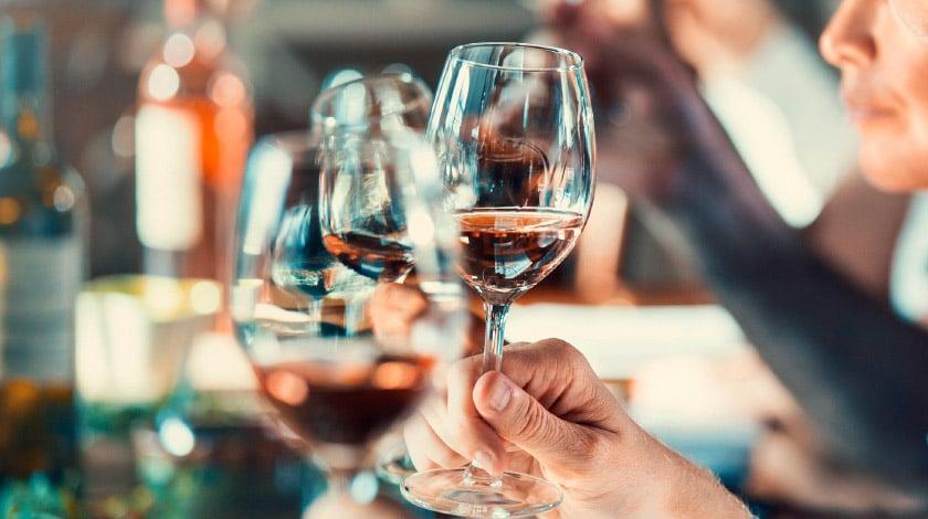 Pessoas tomando vinho