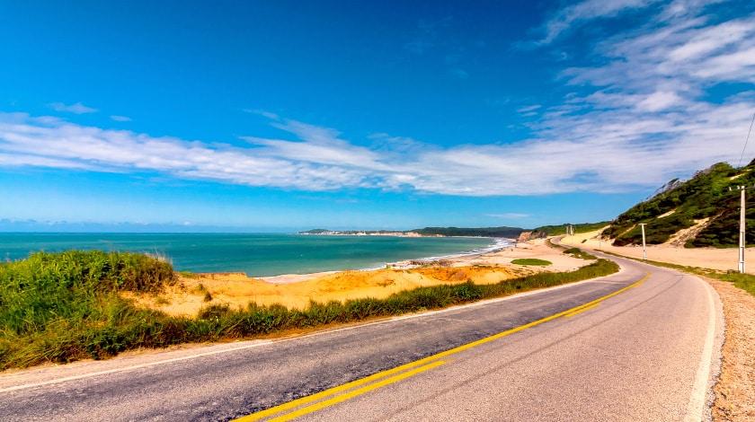 Estrada à beira-mar da região turística de Pipa, ideal para a viagem de verão a dois