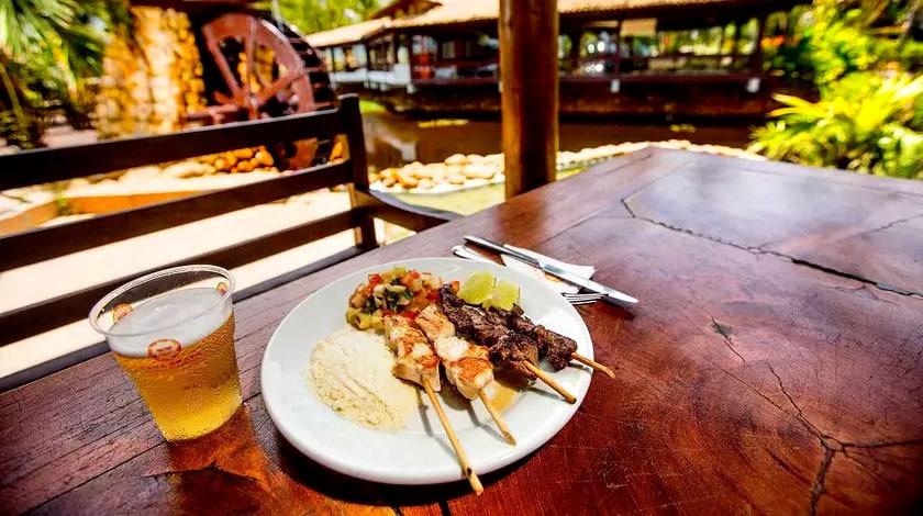 Estação de espetinhos do restaurante Mar à Vista, no Cana Brava Resort