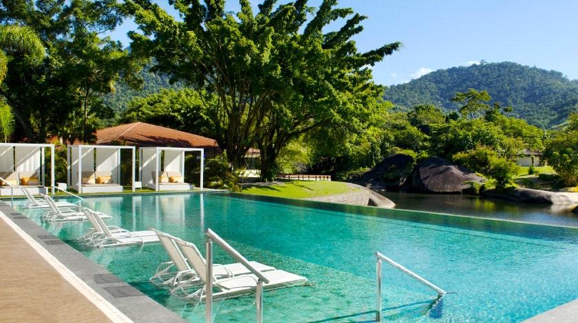 Piscina ao ar livre e espreguiçadeiras do Club Med La Réserve, perfeito para o verão a dois