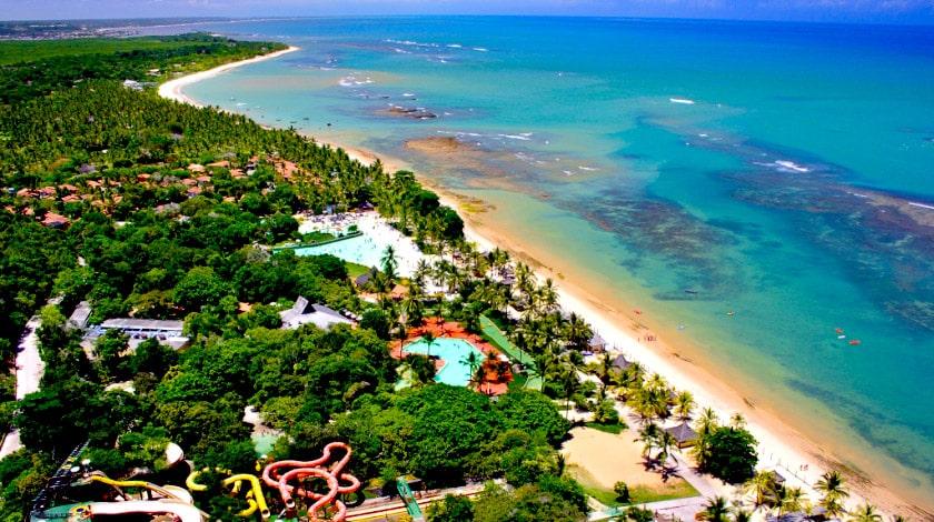 Vista aérea do Arraial d'Ajuda Eco Park, um dos melhores parques aquáticos do Brasil
