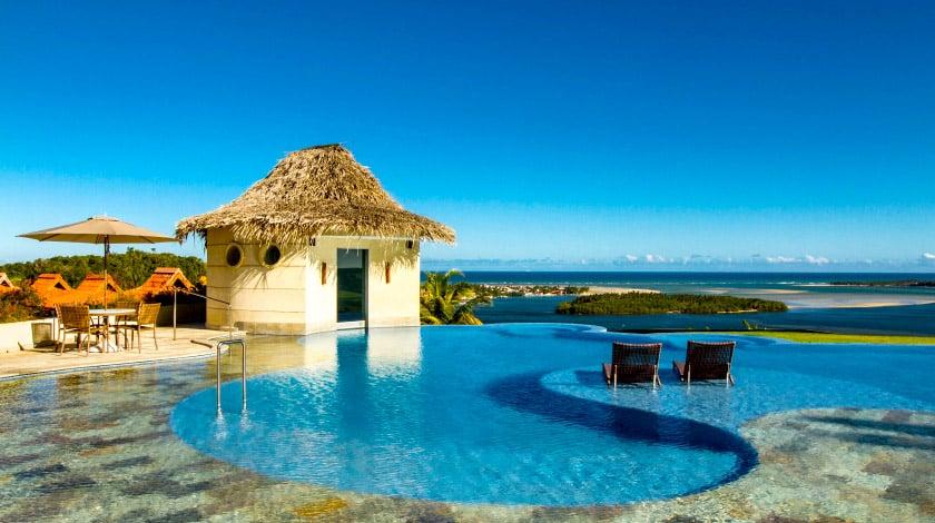 Piscina ao ar livre com vista para o mar no Gungaporanga Hotel, ótimo para uma viagem de verão a dois