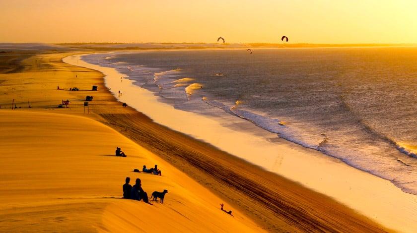 Dunas e praia no pôr do sol de Jericoacoara