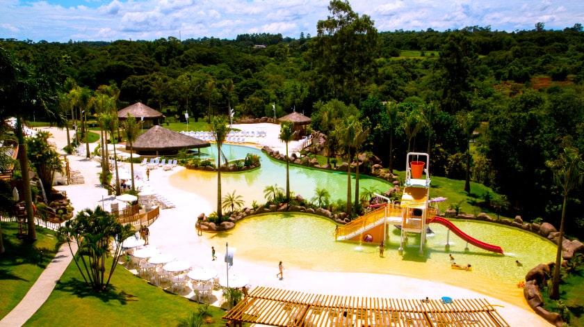 Vista geral das piscinas do Mabu Thermas Resort, em Foz do Iguaçu