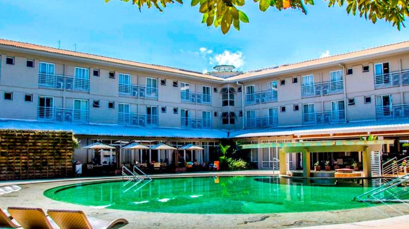 Fachada e piscina do Hotel Turismo, no complexo Rio Quente, em Goiás