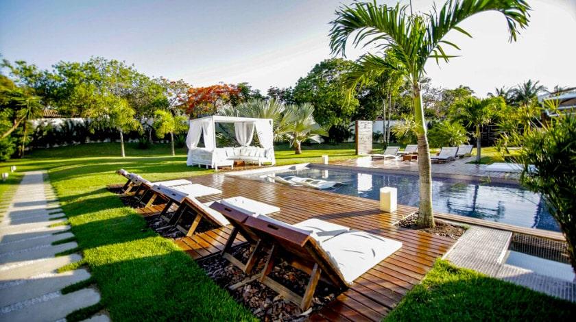 Deck da piscina do Serena Boutique Resort, em Búzios, no Rio de Janeiro