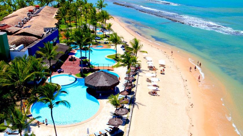 Vista aérea para as piscinas e a praia do Arraial d'Ajuda Eco Resort