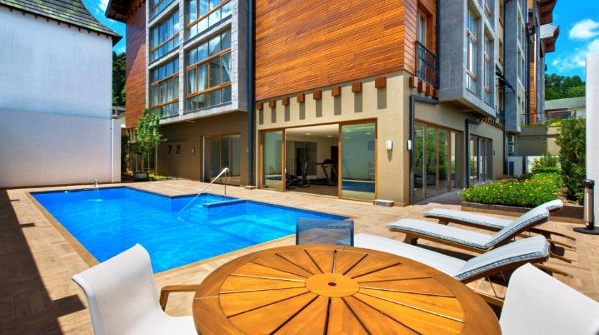 Área da piscina no Prodigy Hotel Gramado