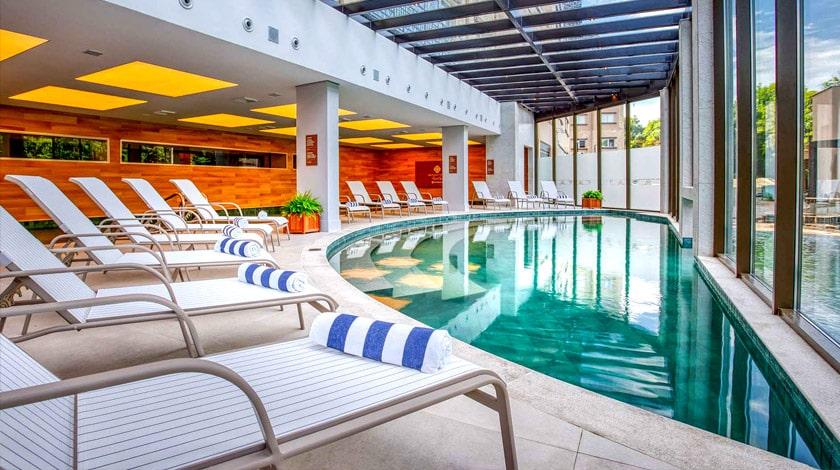 Piscina coberta do Wyndham Gramado Resort