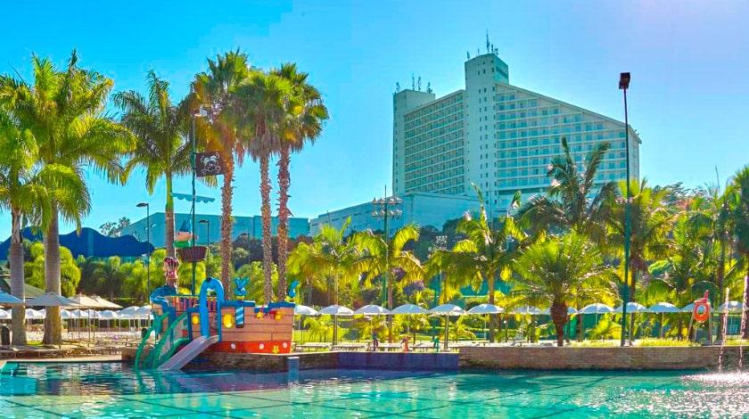 Vista geral da piscina e fachada do Bourbon Atibaia Resort