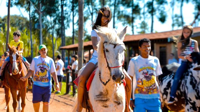 Crianças andando a cavalo no Barretos Country Resort