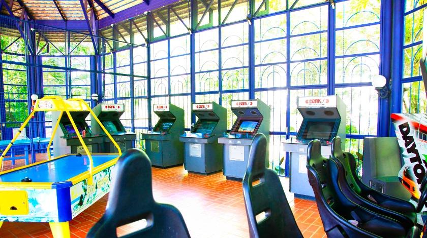 Sala de jogos com jogos eletrônicos