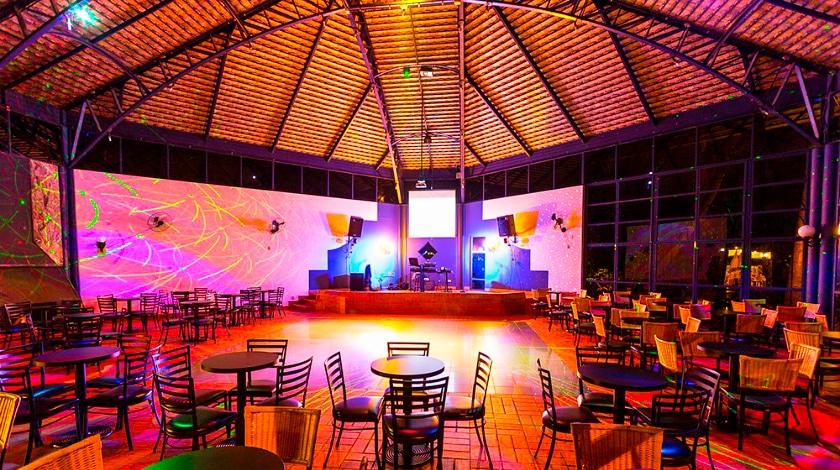 Danceteria do Lagos de Jurema com palco ao fundo