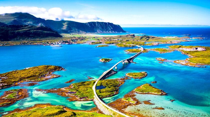 Atlantic Road sobre ilhas e águas do Oceano Atlântico