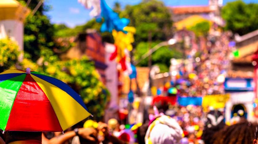 Rua de Olinda cheia de foliões no Carnaval no Brasil