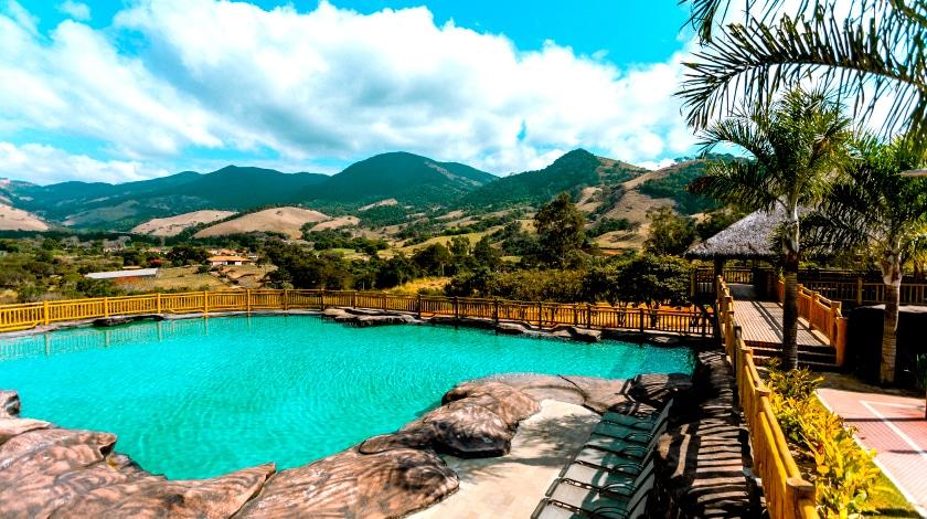 Piscina do hotel Fazenda Vale da Mantiqueira, no interior de Minas Gerais