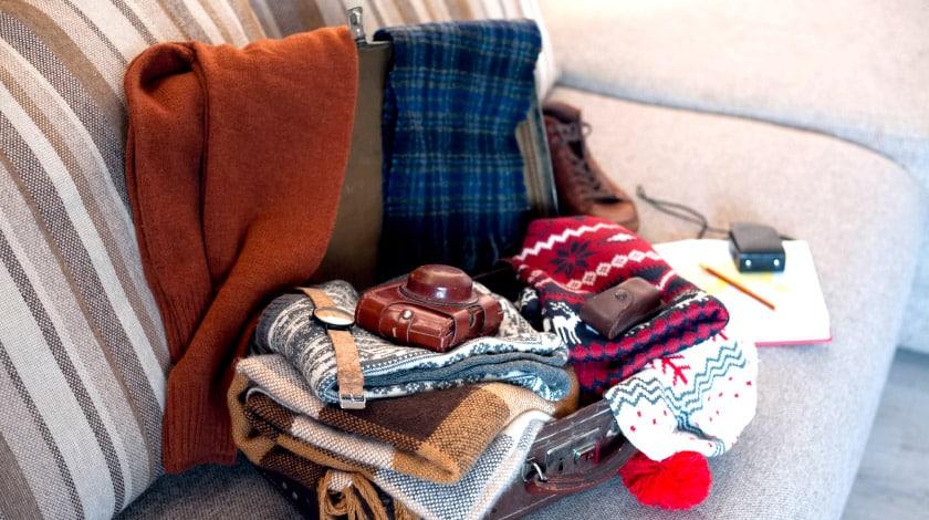 Mala de viagem com roupas de inverno