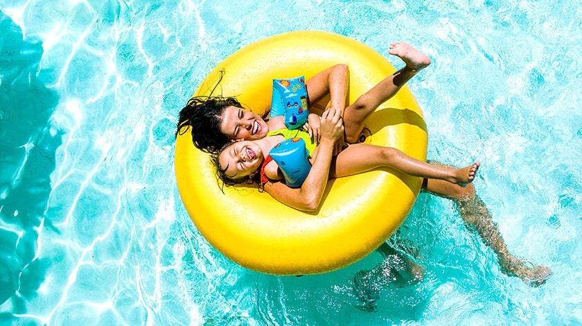 Família usando uma bóia se diverte em uma piscina do complexo Rio Quente