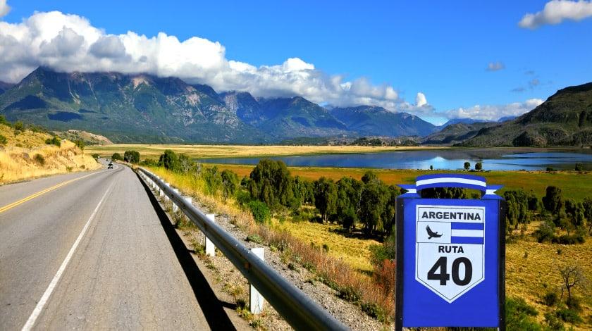 Viagem de carro pela Ruta 40, na Argentina, com montanhas ao fundo