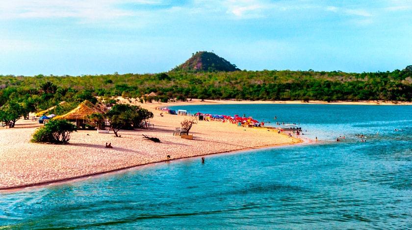 Vista geral para a Ilha do Amor, em Alter do Chão, destino em alta para curtir o verão