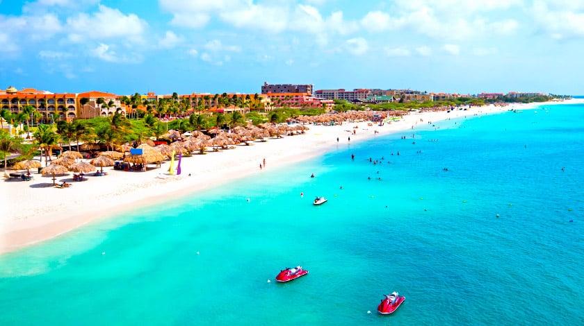 Costa de Aruba, de mar azul e areia branca