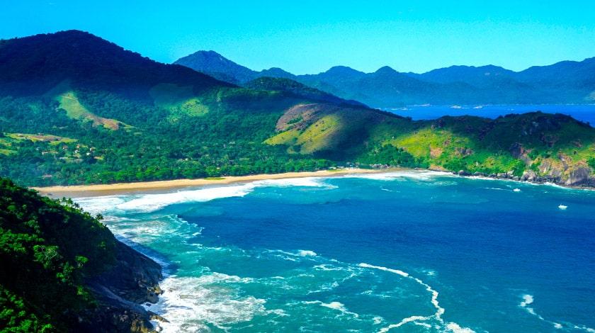 Vista geral da Praia do Bonete, em Ilhabela, destino da moda para o verão