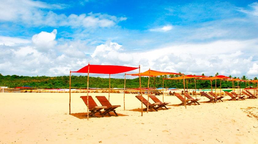 Cadeiras de madeira na Praia da Barra, em Caraíva