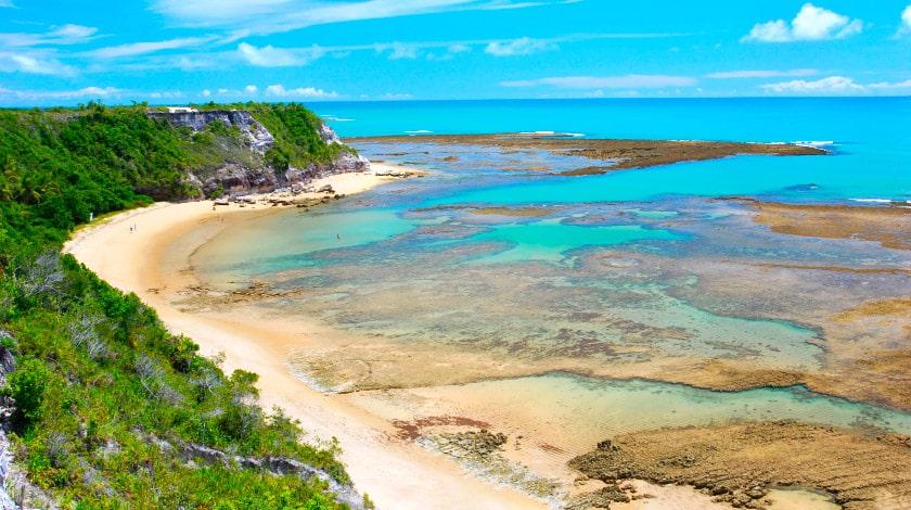 Vista aérea de praia da vila de Caraíva, destino perfeito para o verão