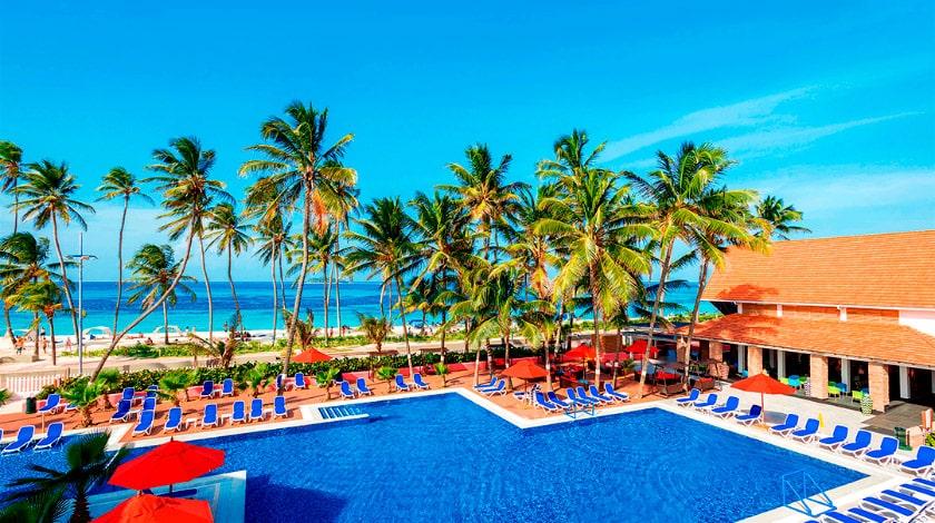 Visão geral da piscina do Decameron Isleño, em frente à praia de Spratt Bright,