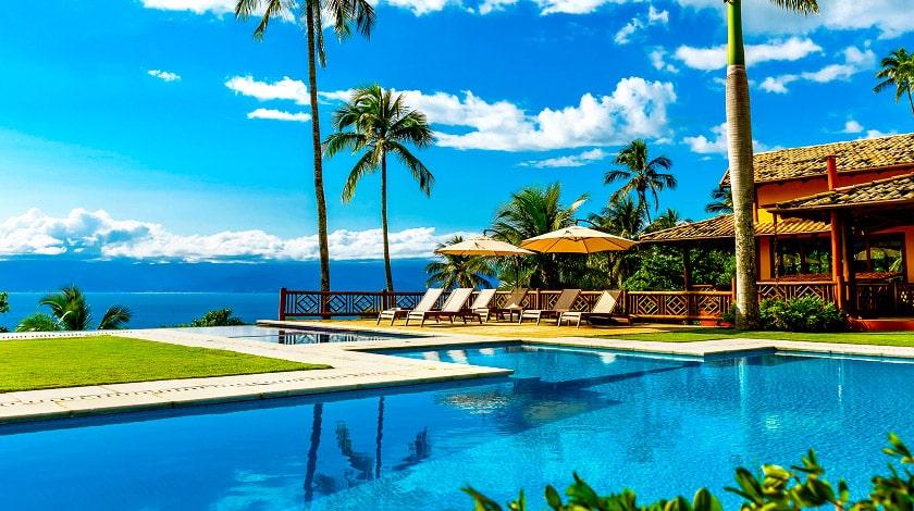 Piscinas ao ar livre e com vista para o mar da Ilhabela Pousada Boutique, ideal para uma viagem de verão a dois