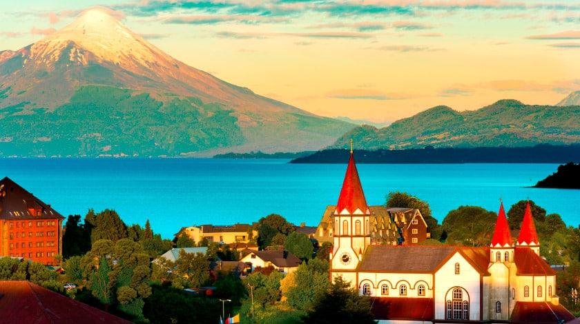 Lago Andino com vulcão ao fundo, no Chile