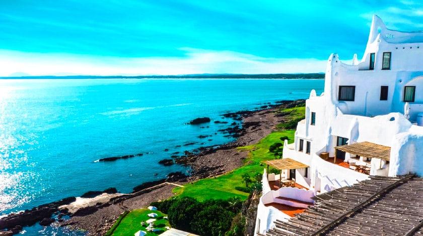 Casapueblo e vista para o mar em Punta del Este, um dos destinos para 2020