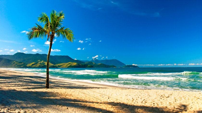 Mar e faixa de areia da Praia de Maresias, em São Sebastião
