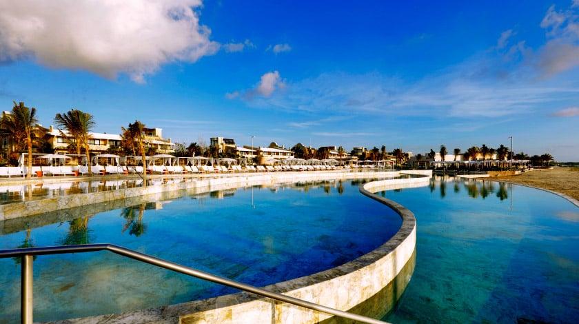 Vista geral para a piscina do resort TRS Yucatán, na Riviera Maya