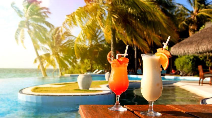 Drinks à beira da piscina fazem parte da experiência All-Inclusive
