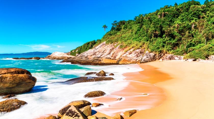 Praia do Estaleirinho, em Balneário Camboriú, destino para viajar em janeiro